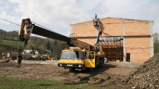 Do konce dubna 2008 bude dokončen základní železobetonový skelet nové tělocvičny v Janové