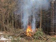 Nad Janovou hořelo. Hasiči využili více než 200 metrů hadic