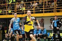 Extraligoví házenkáři Robe Zubří (ve žlutém) porazili ve šlágru 12. kola rivala z Plzně 25:17 a nejenže jim oplatili středeční pohárové vyřazení, ale vystřídali Západočechy v čele tabulky nejvyšší soutěže. Na snímku Šustáček.