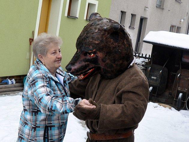 Tanec s medvědem je typickým znakem masopustu. Maska huňáče také v průvodech jen zřídkakdy chybí.