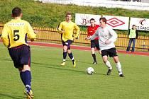Fotbalisté Valašského Meziříčí (žluté dresy) porazili Kravaře 3:0.
