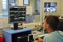 Nový systém na jednotce intenzivní péče má osm pacientských a jeden centrální monitor.