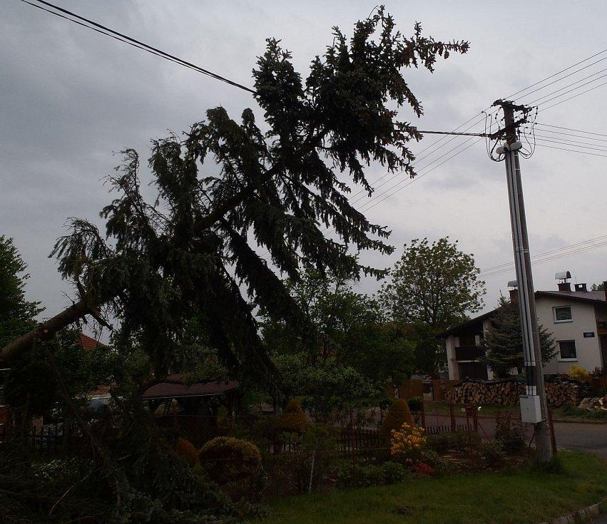 Silný vítr komplikoval život na území Zlínského kraje i po celou noc.