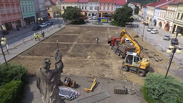 Ve Valašském Meziříčí začala rekonstrukce náměstí, její součástí je také záchranný archeologický průzkum.