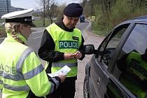 Vsetínští dopravní policisté kontrolují v pondělí 22. dubna 2019 řidiče. Zaměřují se na použití bezpečnostních pásů a dětských autosedaček.