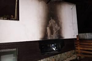 Požárem poničený rodinný dům ve Vidči na Rožnovsku; pondělí 30. března 2020