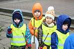Mikuláši a čerti v tradičních maskách si dali dostaveníčko 3. prosince 2018 v centru Vsetína. Konal se tu Mikulášský den. Děti z mateřinky si zdobily své stromky.