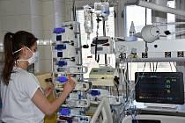 Zdravotníci na jednotce intenzivní péče Chirurgického oddělení Vsetínské nemocnice používají nový systém monitorující životní funkce pacientů; duben 2020