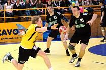 Házenkáři Zubří (žluté dresy) prohráli třetí finále s Karvinou 23:24