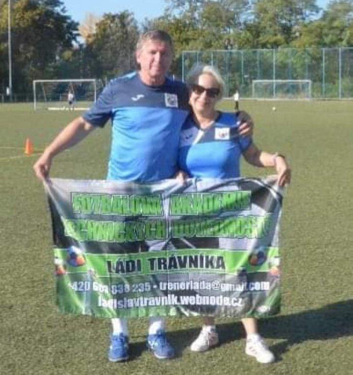 Trenéru Trávníkovi pomáhá partnerka Jiřina Smékalová.