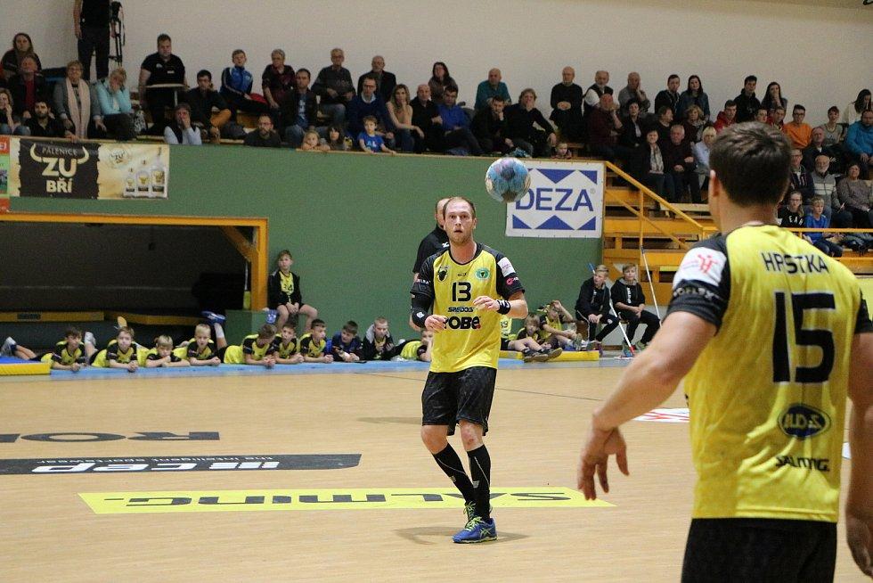 Extraligoví házenkáři Zubří (ve žlutém) v sobotním 12. kole nakonec po boji udolali poslední Litovel 37:28. V prvním poločase však tahaly za kratší konec a prohrávali až o šest gólů.