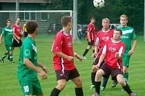 Fotbalisté Valašské Bystřice B (červené dresy) postoupili do III. třídy.