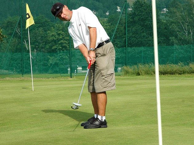 Hráč Valašského golfového klubu Otakar Kozubík.