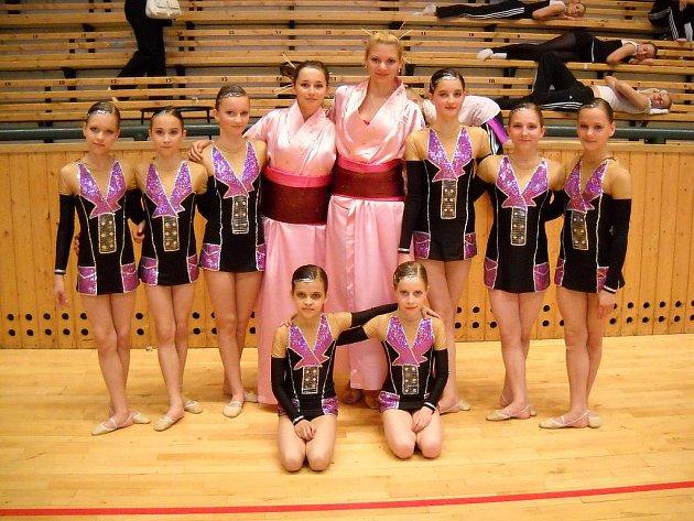 Zuberská děvčata ve starší kategorii (10 – 12 let) po vynikajícím výkonu a suverénním provedení vystoupila na nejvyšší stupínek a odnesla si zlaté medaile.