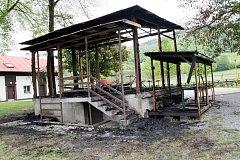 16. května nad ránem nahlásili obyvatelé Valašské Polanky hasičům požár zastřešení podia v tamním letním areálu.