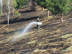 Požár louky u obce Huslenky.