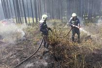 Rozsáhlý požár suché trávy v lesích nad Liptálem a Lhotou u Vsetína