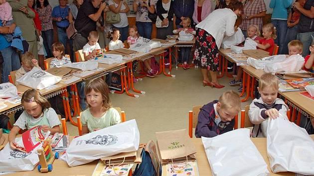 Dvacet prvňáčků, kteří nastoupili tento rok do základní školy Integra ve Vsetíně, přišla přivítat také starostka města Květoslava Othová