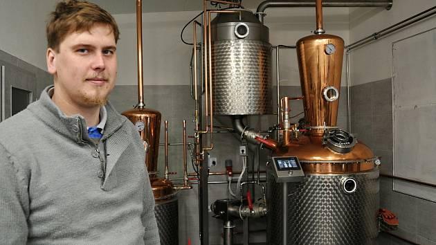 Sedmadvacetiletý páleničář Petr Daňa na proces výroby slivovice bedlivě dohlíží.