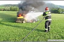 Hasiči likvidují požár malého zahradního traktoru v Rožnově pod Radhoštěm; pondělí 30. dubna 2018