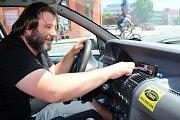 Aleš Mrnuštík provozuje taxislužbu osm let. Všechny náležitosti včetně kalibrovaného taxametru si hlídá.