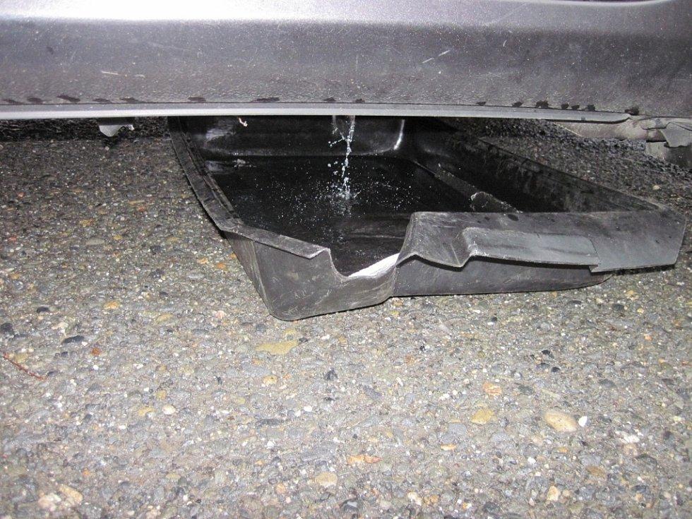 Z proražené nádrže vozu unikal benzín