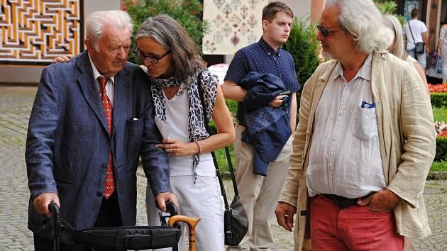 Hraběnka Kira von Zierotin s otcem Otto Klingerem-Zierotinem a manželem na návštěvě zámku Žerotínů ve Valašském Meziříčí; sobota 17. srpna 2019