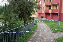 Pravý břeh Rokytenky, který je jen několik metrů od paneláku v sídlišti Rokytnice, se poprvé sesunul už v květnu. Teď je díra ještě větší, policie místo ohraničila páskami.