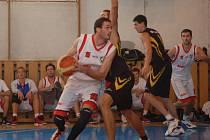 Basketbalisté KK Valašské Meziříčí (bílé dresy) porazili Podolí 73:71.