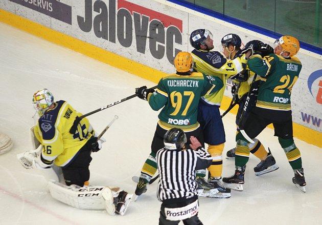 V premiéře v dresu Vsetína se útočník David Březina při prvním střídání takhle pral, poté i skóroval.