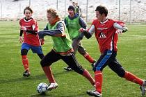 Na zimním turnaji v Meziříčí byly na programu dohrávky. Juniorka Valašského Meziříčí (rozlišovací dresy) si hladce poradila s Liptálem a vyhrála nejen zápas 4:1, ale i celou skupinu C.