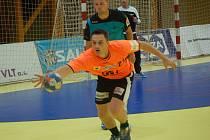 Zuberský házenkář Martin Hrstka (s míčem).