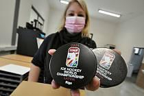 V rodinné firmě Gufex v Kateřinicích finišuje výroba a potisk puků pro hokejové Mistrovství světa v Lotyšsku. Pětaosmdesátý světový šampionát začíná 21. května 2021 v Rize.