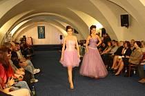 Mramorový sál vsetínského zámku se proměnil v módní molo. Krásné modelky tam předvedly kolekci plavek, spodního prádla i večerních a svatebních šatů. Tleskalo jim více než 150 návštěvníků.