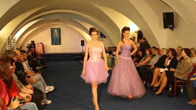 Na Fashion Show Modelky Predvadely Svatebni Saty I Spodni Pradlo