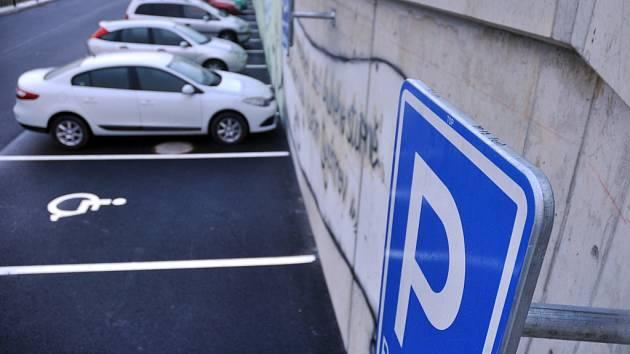 Obyvatelé vsetínského sídliště Sychrov mohou od 20. října 2014 užívat nové parkoviště se 47 odstavnými místy. Radnice parkoviště vybudovala za místní základní školou. Školáci pak betonovou zeď parkoviště ozdobili malbami.