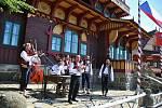 Cimbálová muzika Soláň z Rožnova pod Radhoštěm hraje před obnovenou chatou Libušín na Pustevnách v Beskydech u příležitosti jejího slavnostního otevření; čtvrtek 30. července 2020