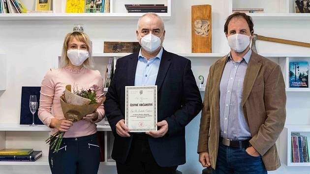 Generální ředitel Národního muzea v přírodě Jindřich Ondruš (uprostřed) převzal čestné občanství obce Trojanovice od starosty Trojanovic Jiřího Novotného (vpravo); čtvrtek 12. listopadu 2020
