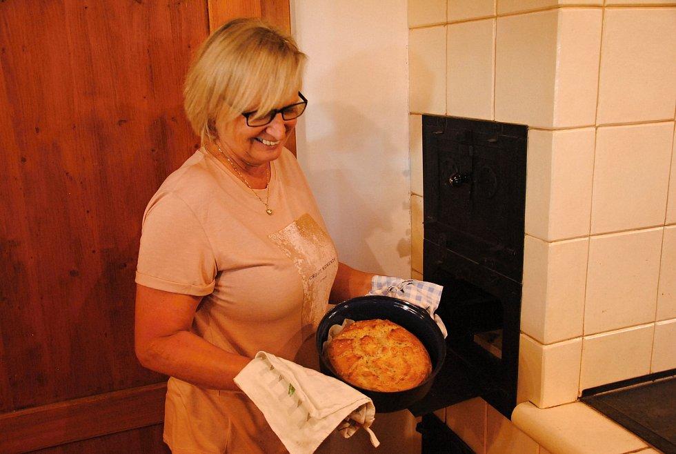 Alena Vašutová z Informačního centra Zvonice na Soláni s čerstvě upečeným bochníkem chleba při pořadu Chleba z pece; sobota 21. září 2019