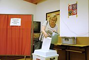 Renata Komendová vhazuje v pátek 24. května 2019 obálku z hlasovacím lístkem pro volby do Evropského parlamentu do urny ve volební místnosti na dopravním hřišti ve Valašském Meziříčí