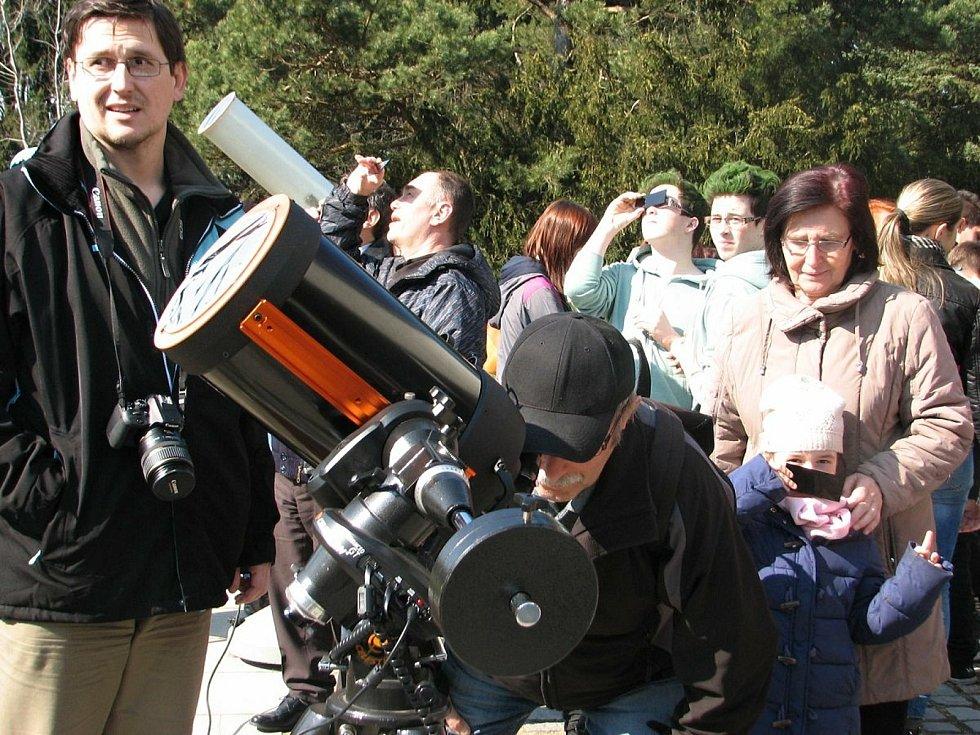 Pozorování částečného zatmění Slunce na valašskomeziříčské hvězdárně 20. března 2015, Měsíc tehdy zakryl 70 procent slunečního disku.