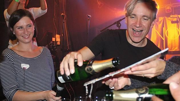 Vsetínská kapela NOCA pokřtila v sobotu 23. září v klubu Tři opice své debutové album s názvem Nyní. Role kmotra se ujal písničkář Jan Žamboch.