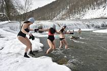 Koupání otužilců ve Vsetíně v ledové vodě řeky Bečvy