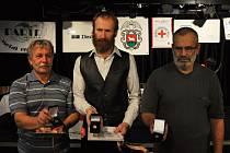 Zlaté kříže III. stupně za 80 odběrů krve si odnesli Radek Vilímek (uprostřed) a Jaroslav Straděj (vpravo) ze Vsetína a Bohuslav Štamposký (vlevo) z Rožnova pod Radhoštěm.