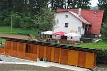 Oblíbená koliba (v pozadí) si prošla už několika vzestupy a pády. Ve Zděchově ji chtějí udržet. Obec proto budovu koupí.