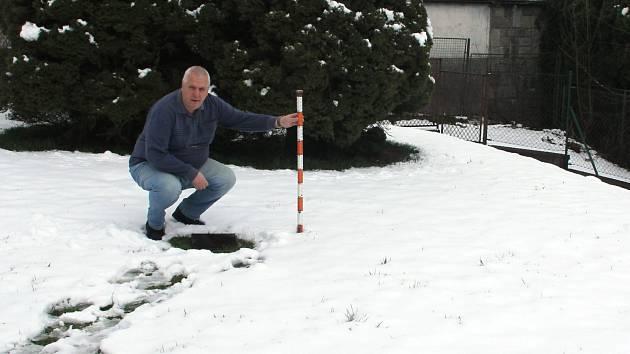 Měření výšky sněhové pokrývky v dubnu. Na snímku je meteorolog Ing. Martin Leskovjan