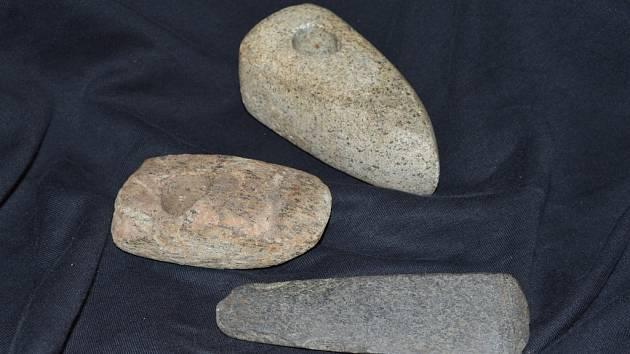 Zdola nahoru: sekerka, tesla a sekeromlat (nálezy z okolí Kelče) .