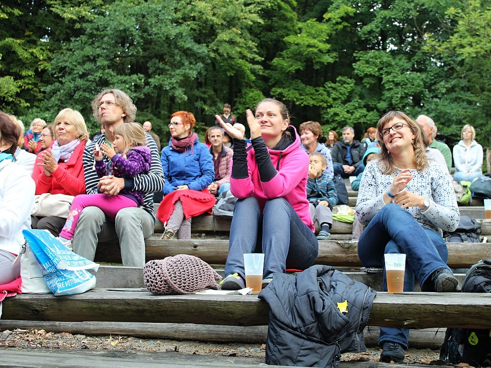 V amfiteátru Na Stráni ve Valašské dědině v Rožnově pod Radhoštěm se v sobotu 2. září 2017 konal první ročník mezinárodního festivalu lidského hlasu s názvem Hlasy. Pořadatelem byl rožnovský spolek Fujaré.