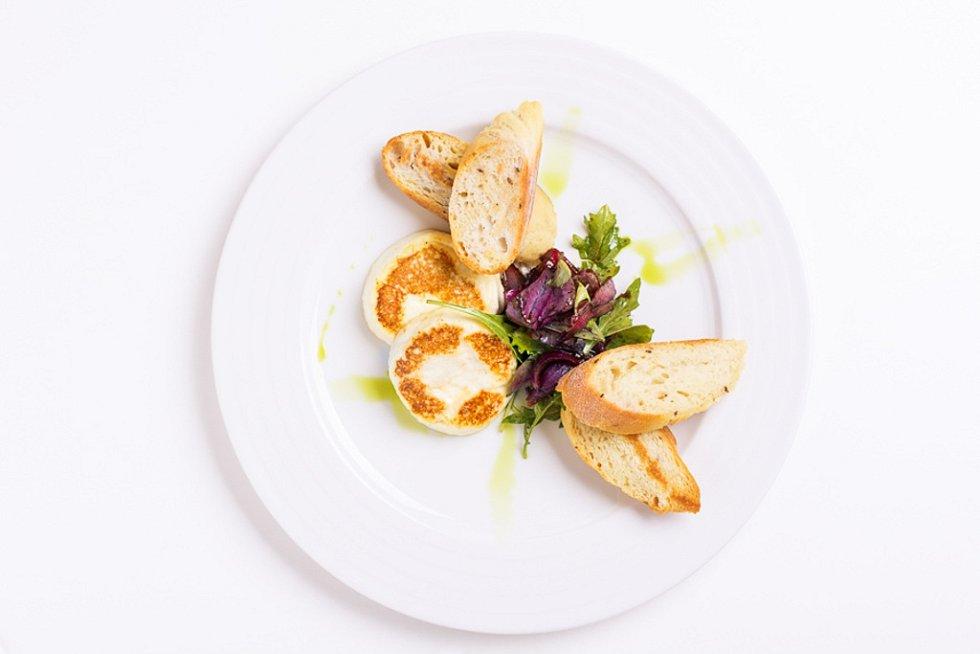 Grilovaný dolnopasecký bio sýr, lístky salátu s cibulkou a balsamicem