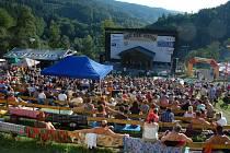 Zaplněné hlediště na hudebním festivalu Starý dobrý western v Bystřičce na Vsetínsku.